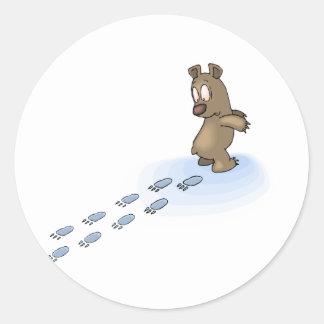 Pistas del oso pegatina redonda