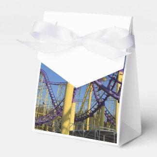 Pistas púrpuras y amarillas de la montaña rusa cajas para detalles de boda