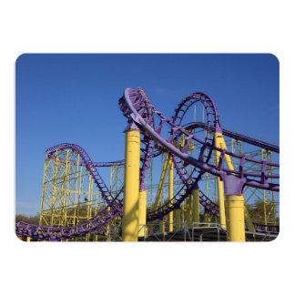 """Pistas púrpuras y amarillas de la montaña rusa invitación 5"""" x 7"""""""