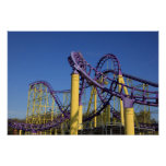 Pistas púrpuras y amarillas de la montaña rusa posters