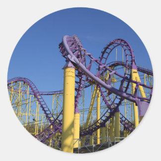 Pistas púrpuras y amarillas de la montaña rusa pegatina redonda