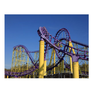 Pistas púrpuras y amarillas de la montaña rusa postal