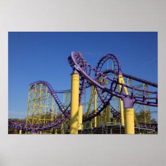 Pistas púrpuras y amarillas de la montaña rusa póster