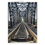 Pistas viejas del tren en el puente tarjetón