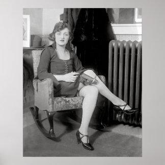 Pistola ocultada en Garter, 1922. Foto del vintage Póster