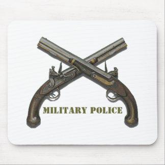 Pistolas cruzadas de la policía militar tapetes de ratón
