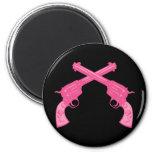Pistolas cruzadas rosa retro imanes de nevera