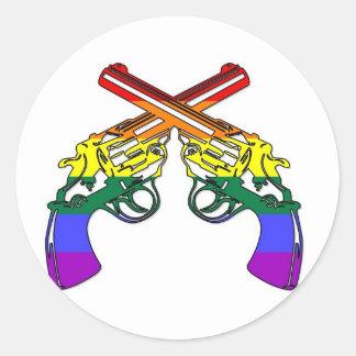 Pistolas del orgullo del arco iris pegatina redonda