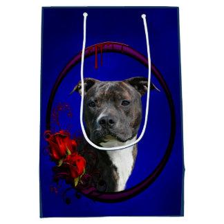 Pitbull Brindle con los rosas Bolsa De Regalo Mediana