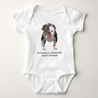 Pitbull de la mamá del bebé con el lápiz labial y playeras