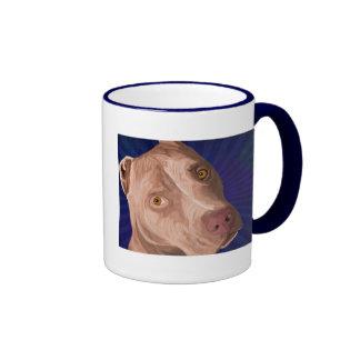 Pitbull rojo de la nariz con un fondo azul taza de café