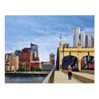 Pittsburgh - cruzar el puente de la calle de tarjetas postales