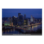 Pittsburgh en la oscuridad, a través del río de Mo Poster