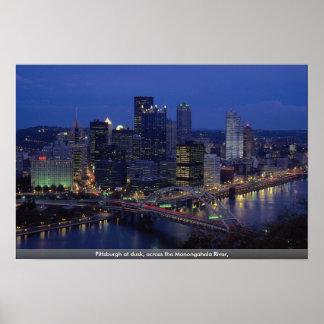 Pittsburgh en la oscuridad a través del río de Mo Poster