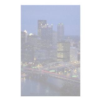 Pittsburgh en la oscuridad, a través del río de papelería