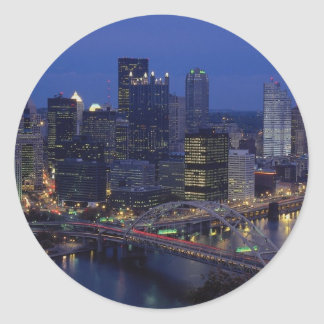 Pittsburgh en la oscuridad, a través del río de pegatina redonda