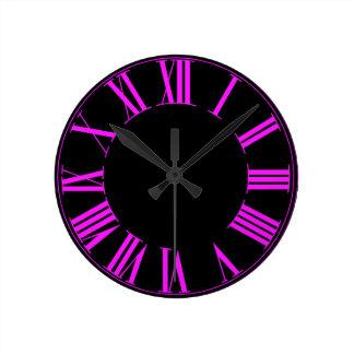 PixDezines Numeros romano rosado fluorescente Reloj Redondo Mediano