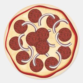 Pizza con los salchichones y las cebollas etiquetas redondas