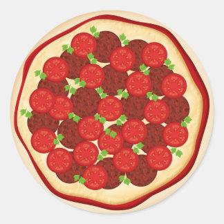 Pizza con los salchichones y los tomates etiqueta