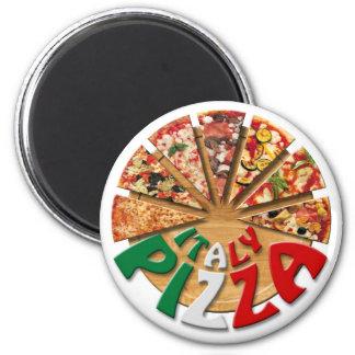 Pizza de Italia del imán en la tabla de cortar