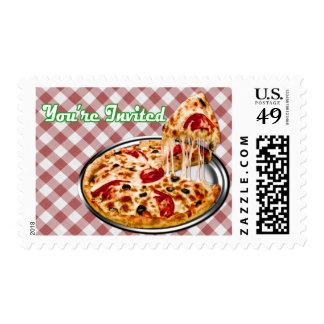 Pizza en el paño a cuadros rojo le invitan sellos