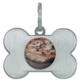 Pizza italiana original con las alcaparras y las placas de mascota
