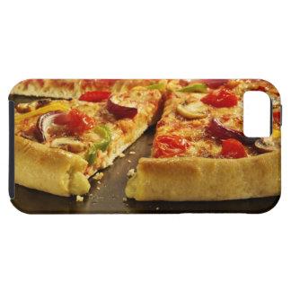 Pizza vegetal cortada en la cacerola negra en la funda para iPhone 5 tough
