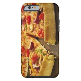 Pizza vegetal cortada en la cacerola negra en la funda para iPhone 6 tough