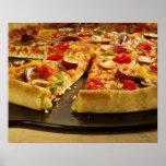 Pizza vegetal cortada en la cacerola negra en la m posters