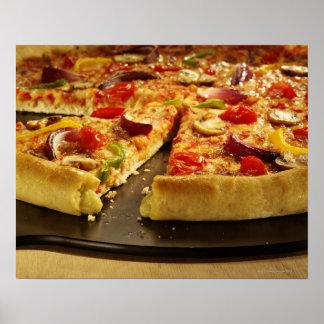 Pizza vegetal cortada en la cacerola negra en la m póster