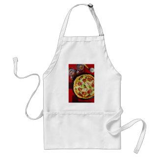 Pizza y bebidas deliciosas de salchichones delantal