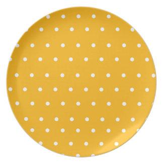 Placa amarilla de la exhibición con los lunares platos para fiestas