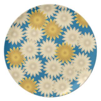 Placa amarilla del azul de las margaritas blancas plato de cena