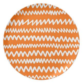 Placa anaranjada del placer platos de comidas