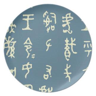 Placa antigua de los caracteres chinos del kanji plato para fiesta