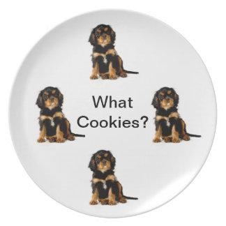 Placa arrogante del negro y del moreno del perro d plato de comida
