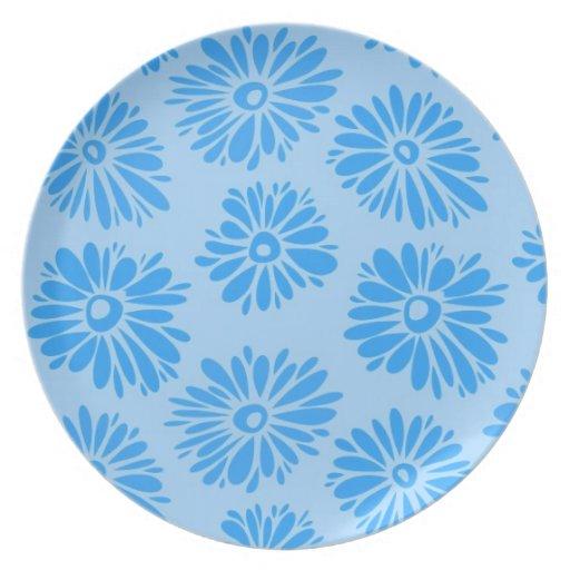 Placa azul clara de las flores plato