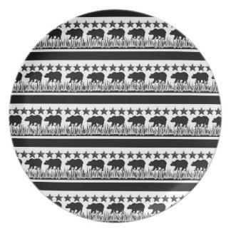 Placa blanco y negro del modelo de la bandera de platos de comidas