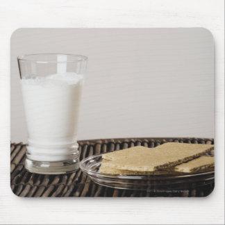 Placa de bocados con un vidrio de leche tapete de ratón