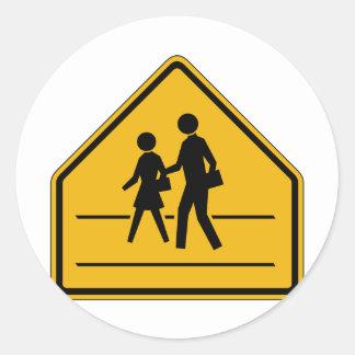 Placa de calle del paso de peatones etiqueta redonda