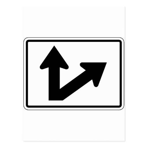 Placa de calle partida de la flecha de la derecha postal