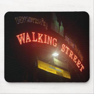 Placa de calle que camina tapetes de raton
