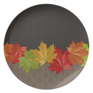 Placa de cena de la acción de gracias de las hojas platos