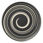 Placa de cena de los remolinos del beige y del neg plato