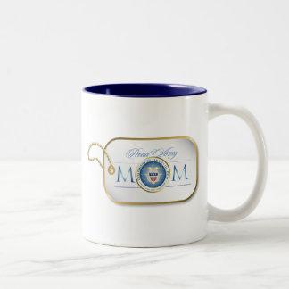 Placa de identificación orgullosa azul de la mamá  taza