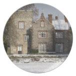 Placa de la imagen de la nieve - edificio viejo en plato de comida