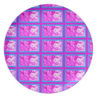 Placa de la melamina con las flores rosadas plato