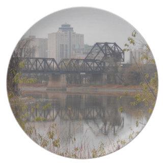 Placa de la reflexión del puente del tren plato de comida