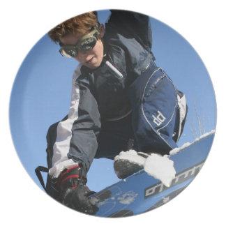 Placa de la snowboard del adolescente plato de cena