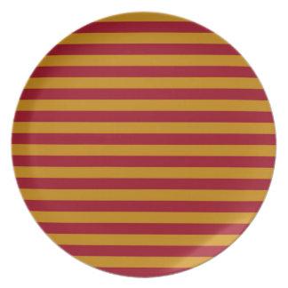 Placa de las rayas del granate y del oro plato
